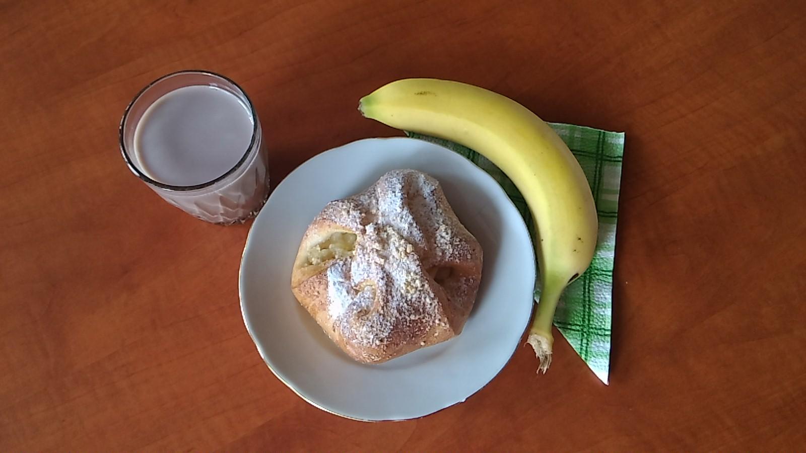 svačina koláč a banán, mléko